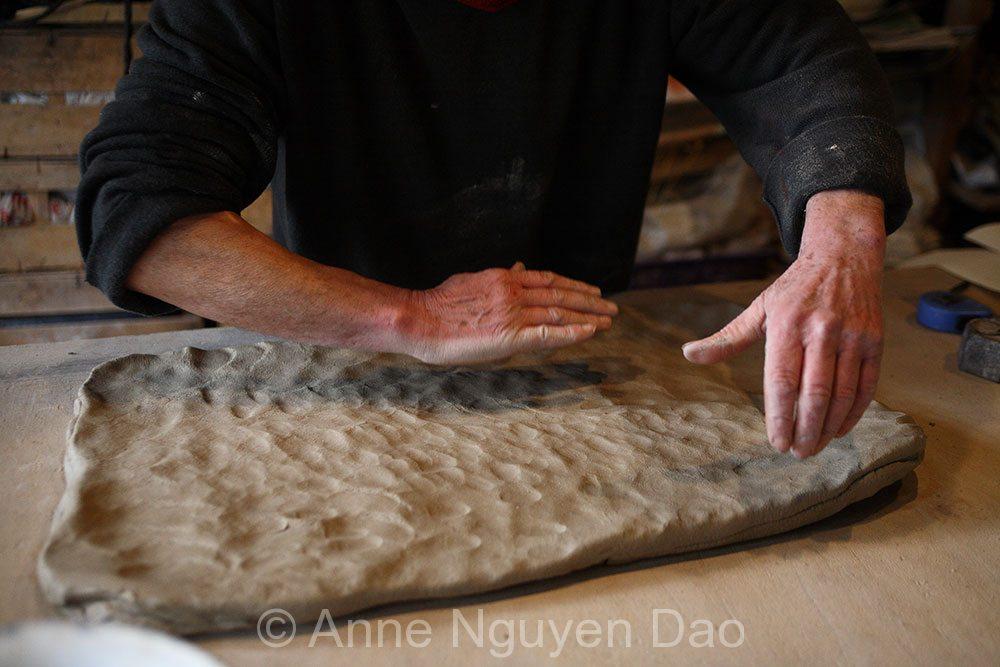 Préparation d\'une plaque de terre, atelier Gaudebert
