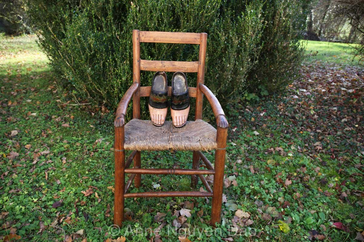Sabots-pieds et chaise avec main